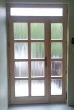 Csincsilla üveges fa ajtó beépítés