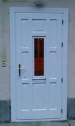 Fehér kifelé nyíló bejárati ajtó