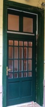 Zöld bejárati ajtó